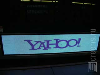 Banner like LED video sign with Yahoo advertizing