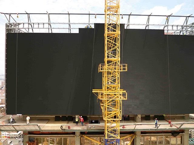 Установка гигантского светодиодного экрана на крыше небоскрёба Absa
