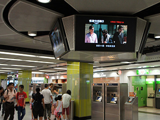 LCD e painéis de LED no metro de Hong Kong