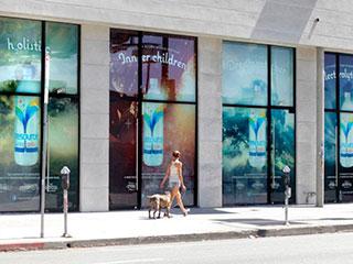 Фасад с большими витринными экранами на Мелроуз авеню