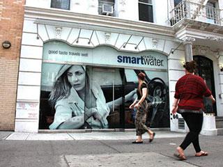Фасад с большим экраном в витрине (Нью-Йорк)