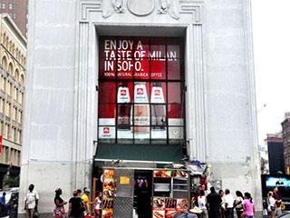 Видеостена из LCD дисплеев за стеклом на улице в Нью-Йорке
