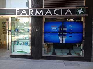 Экран цифровой рекламы в витрине аптеки