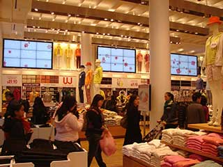 Uniqlo digital signage completely surrounds the customers