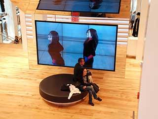 Цифровая вывеска в магазине Uniqlo