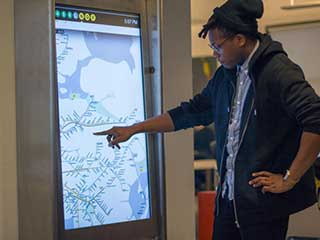NYC MTA interaktiver digitaler Kiosk