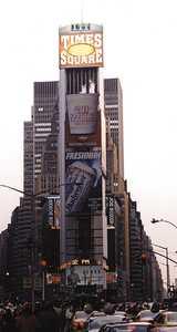 Большой электронный экран табло панно на Таймс-Сквер в Нью-Йорке